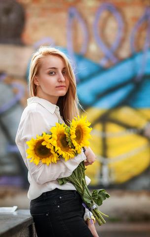 Mujer ucraniana esperando una cita