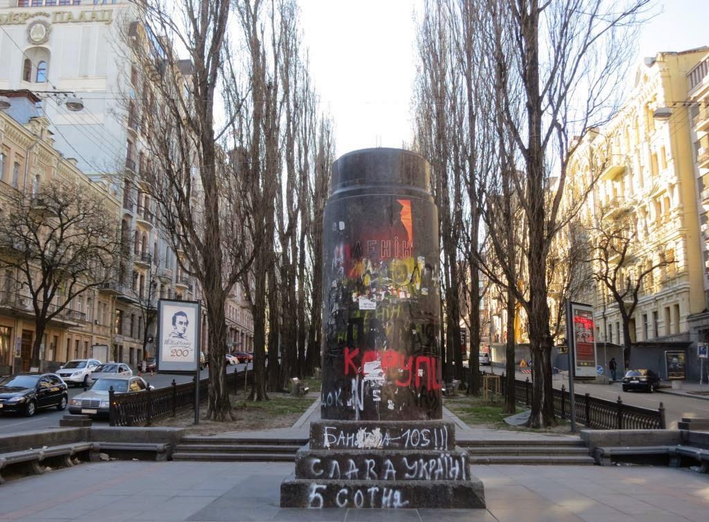 zerstoertes-Lenindenkmal-in-Kiev