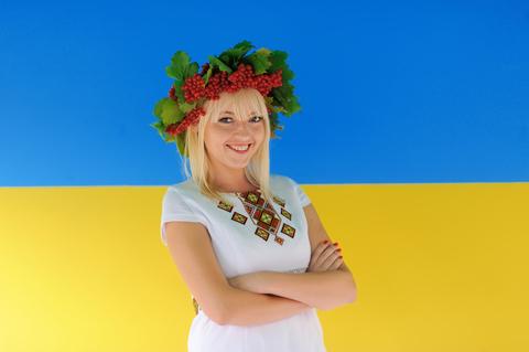 ukrainische-frau-vor-flagge