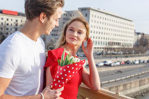 russische Frau mit Partner